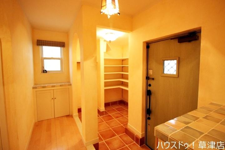 大型の玄関収納なので玄関もすっきり片付き気持ちがいいですね。これだけ入ると大家族や靴をたくさんお持ちの方でも安心ですね。
