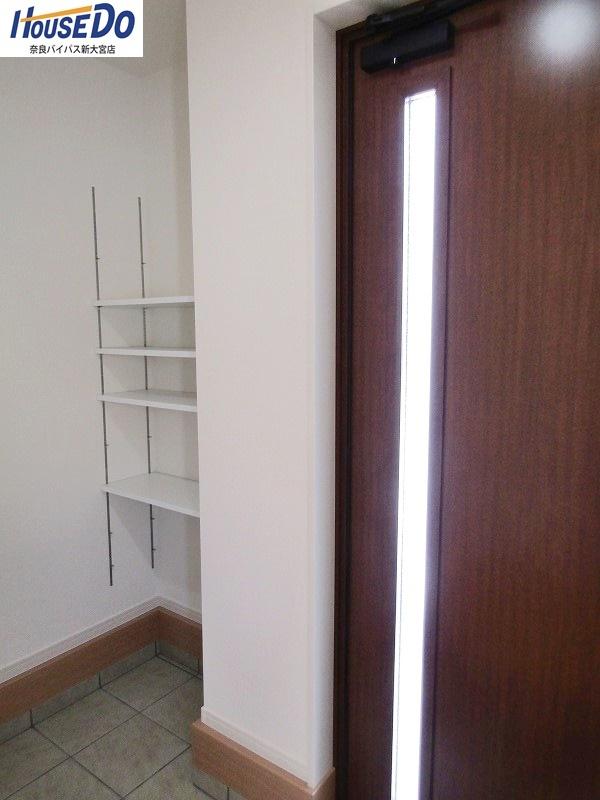 同社施工例 シューズインクロークあり。玄関収納も豊富です。