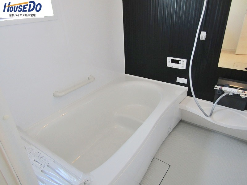 同社施工例 ゆったり1坪の浴室は浴室乾燥機付き。雨の日でも洗濯物を乾かせますし、換気にも使えますよ。