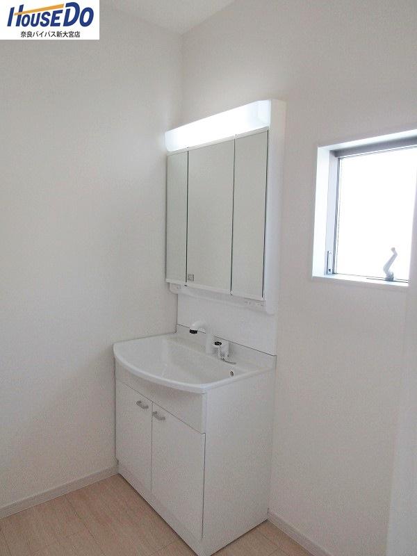 同社施工例 洗面台は三面鏡&洗髪可能なハンドシャワー付きです。毎朝のセットが楽になりますね。