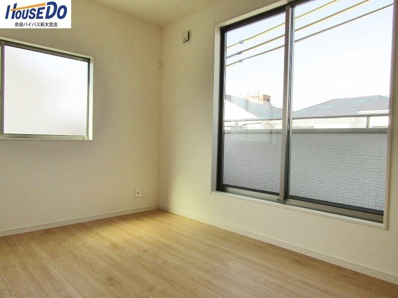 同社施工例 いろんな方角から光が差し込む、二面採光のお部屋です。