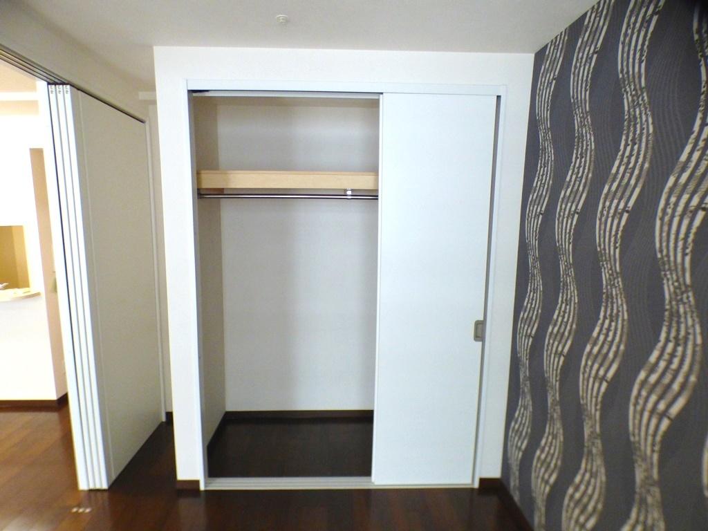 ◎5.6帖洋室の収納(3/26撮影) 全居室収納付!リビングの間の扉は、すっきり洋室内にしまえます。