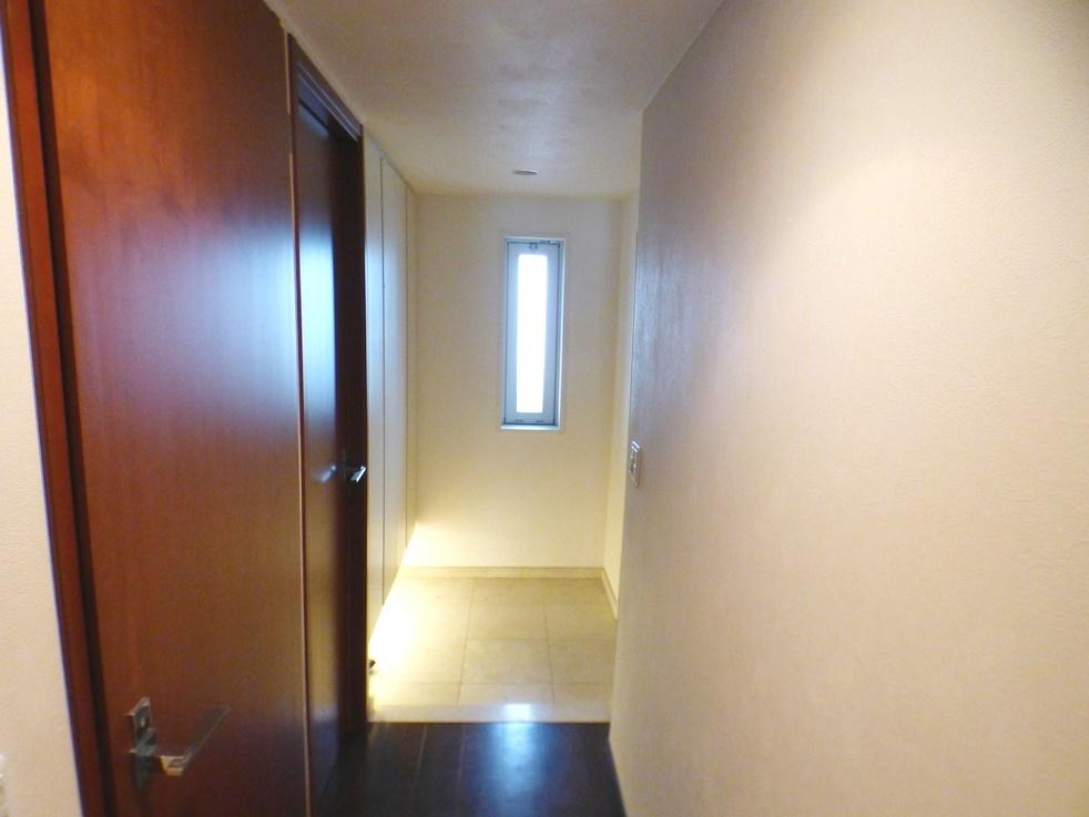 ◎玄関・廊下(3/26撮影) シックな趣のある廊下です。玄関から採光がとれるので、明るい玄関に。