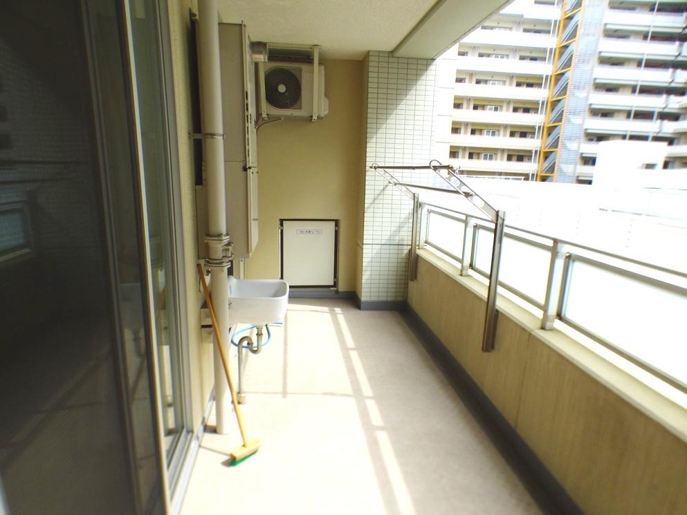 ◎バルコニー(3/26撮影) バルコニーにはスロップシンク付! 南向きで奥行のあるバルコニー!洗濯物もラクラク、たっぷり干せる十分なスペースです!