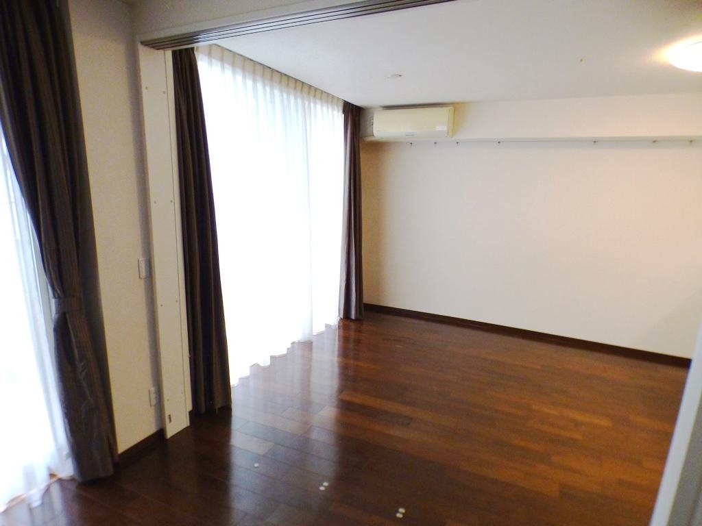 ◎リビング(3/26撮影) リビングには床暖房付。冬は足元からあたたかく! 二重床・二重天井構造のため、床はバリアフリーで、遮音性が良く、すっきりとしたお部屋に。