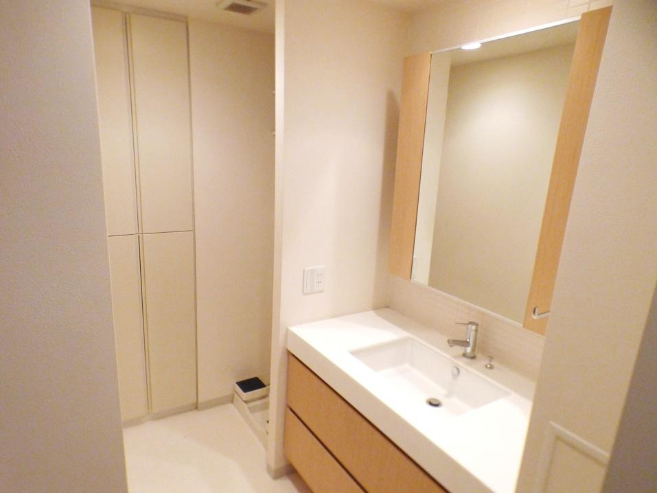 ◎洗面所(3/26撮影) 洗面所にはリネン庫付で、タオルや着替え、シャンプーなどの消耗品の収納に大変便利です。