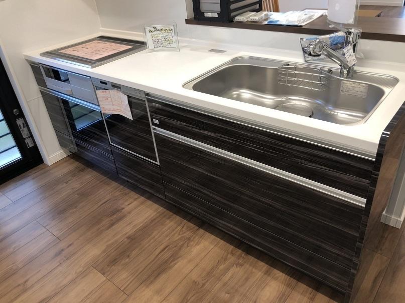 *キッチンイメージ写真(配色等が異なります) 食器洗い乾燥機付のキッチンは、収納スペースが豊富なタカラを採用☆傷つきにくく、お手入れカンタンなところも魅力のひとつ☆