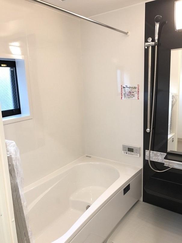 *浴室イメージ写真(配色等が異なります) 浴室はゆったり足を伸ばせる浴槽がポイント♪床もヒヤッと感が少なく、すばやくカラリと乾きます!!断熱・保温効果が高い上に、なんと浴室乾燥機付☆