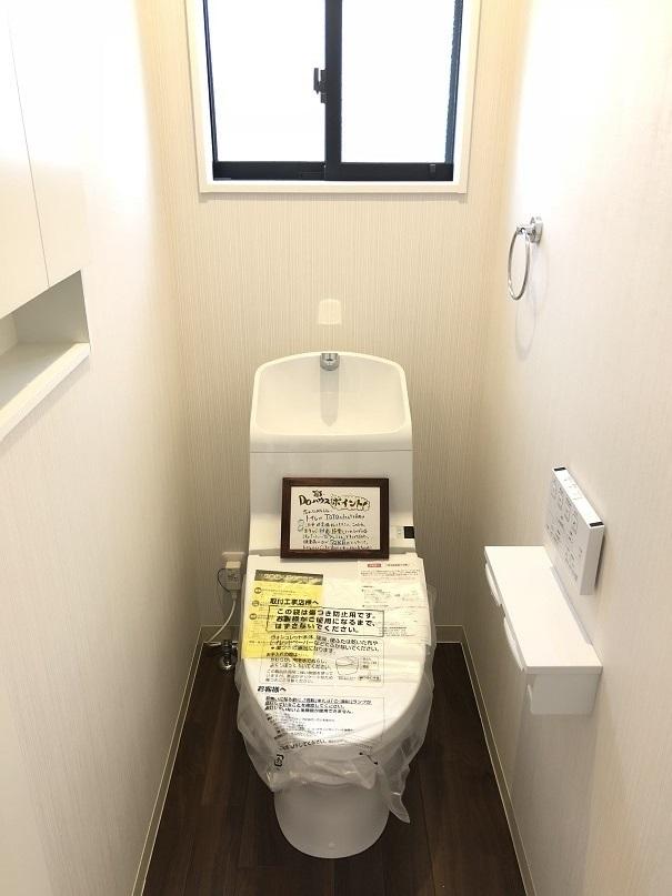 *トイレイメージ写真(実際のものとは異なる場合があります) トイレは節水タイプで家計にやさしい洗浄機能付トイレ☆ニッチ収納つきで、小物やトイレットペーパーのストックも目立たずしまえます♪