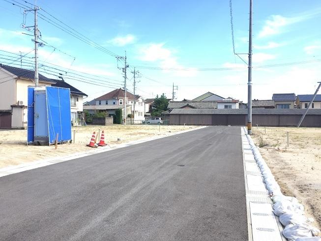 前面道路は広々幅員6m!敷地内への入庫もラクラク♪