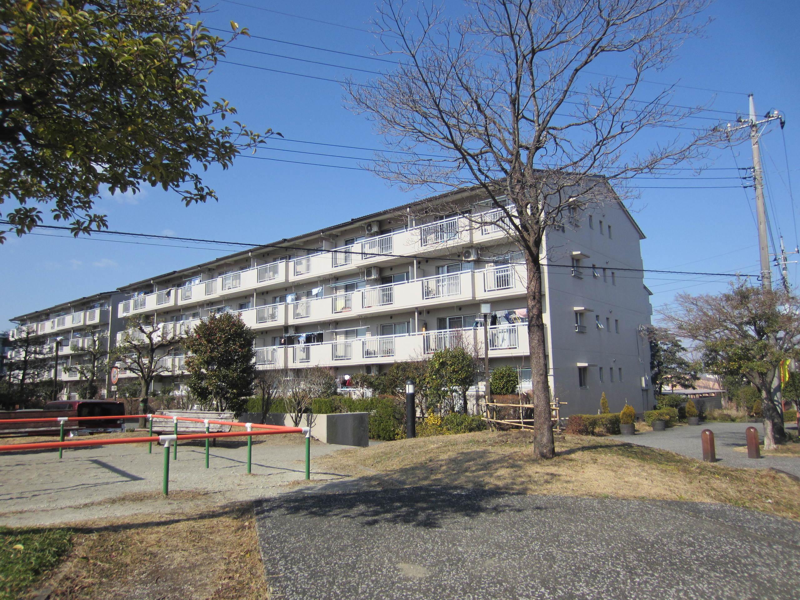 【外観写真】 建物外観 建物南東側に公園もあります♪
