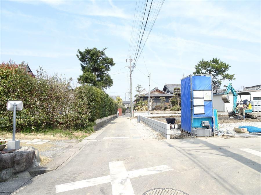 西側前面道路約3.25~3.26mです。
