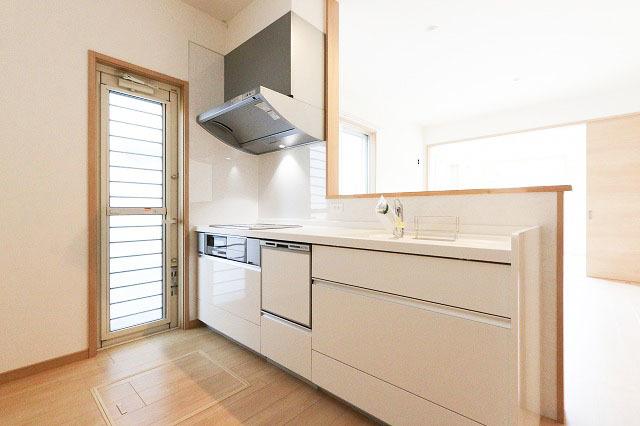 キッチンでは食器洗浄乾燥機で食器も簡単で楽に洗えます。洗い物を収納できるので、カウンターキッチンがすっきり見えます。◆北九州市小倉南区上葛原1丁目の新築戸建サンコート♪