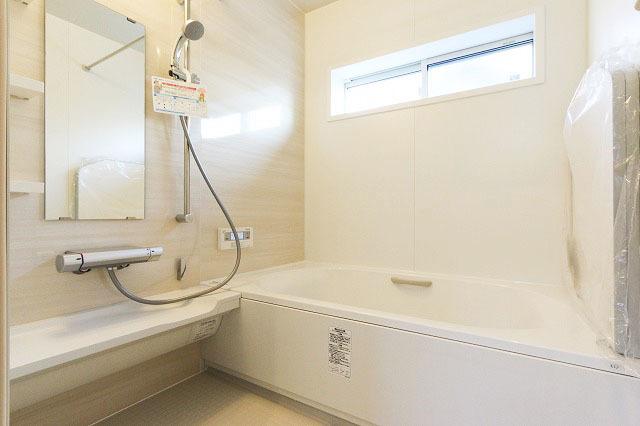 キレイ浴槽なら防汚クリア層で水アカ汚れがつきにくく、落としやすいのでいつでもキレイな状態をキープできます。◆北九州市小倉南区上葛原1丁目の新築戸建サンコート♪