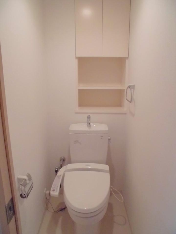 収納棚のあるトイレ。トイレットペーパーやお掃除道具もすっきり収納できます。