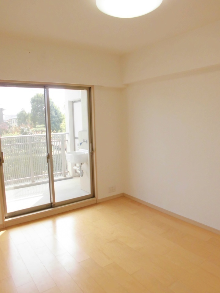 バルコニー側に洋室を配置。大きな窓から明るい陽射しが差し込みます。