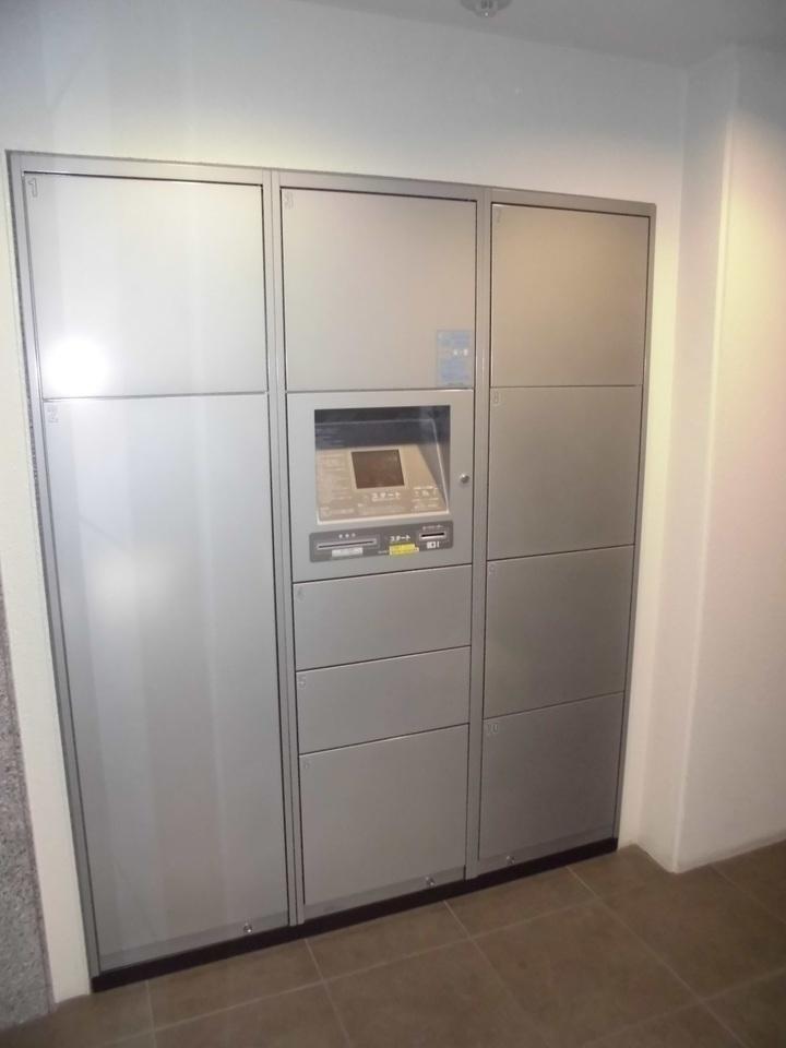 1階には、インターネットで購入した商品などを留守でも預かってくれる便利な宅配ボックスが設置◎