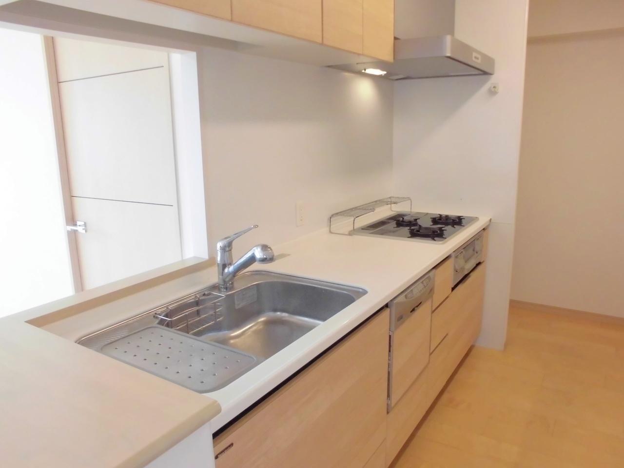 家事をしながら小さなお子様を見守ることができる対面式のキッチンは、奥様に嬉しい食器洗浄乾燥機付!