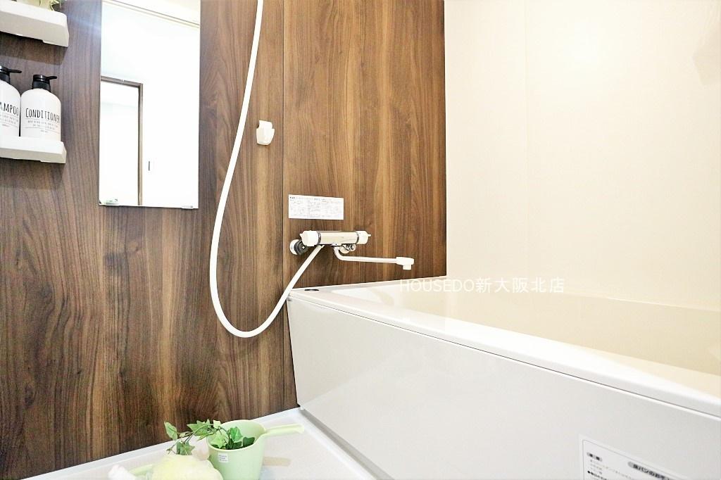 木目調のデザインで癒しの空間♪ 浴室も新調済みで気持ちよくお使い頂けます♪