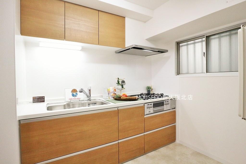 収納スペース豊富なシステムキッチン♪ 窓付きでお料理中のにおいもこもりません♪ システムキッチン新調しています♪