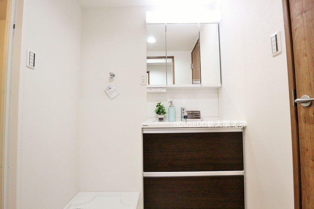 清潔感のある洗面室♪ 朝はパっと効率良く身支度 したい方に嬉しいシャワー付き独立洗面台。お掃除も楽々です♪