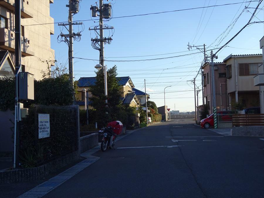 前面道路は広く南側には高い建物が無いので日当たり良好です!