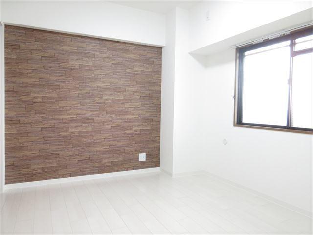 清潔感のある洋室は2部屋あり、玄関ともつながっています。