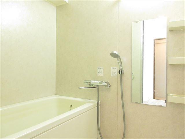 白を基調とした浴室は清潔感がありオシャレですね。