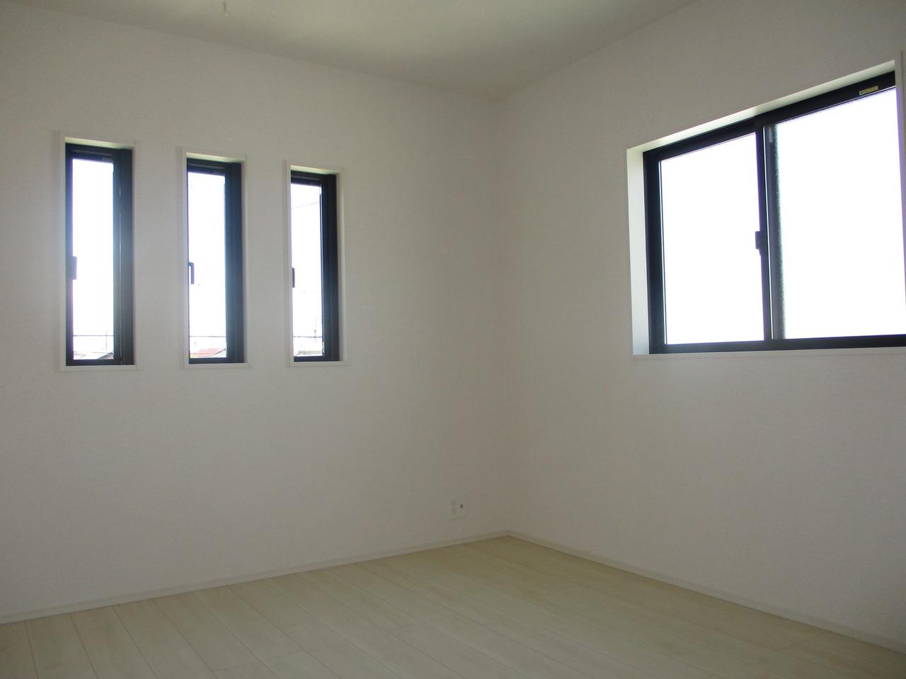 【同社施工例】2面採光の洋室