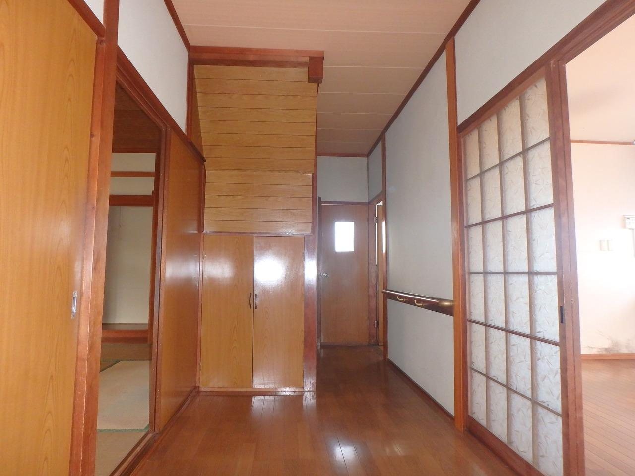 階段下のスペースを有効利用した収納が付いています。
