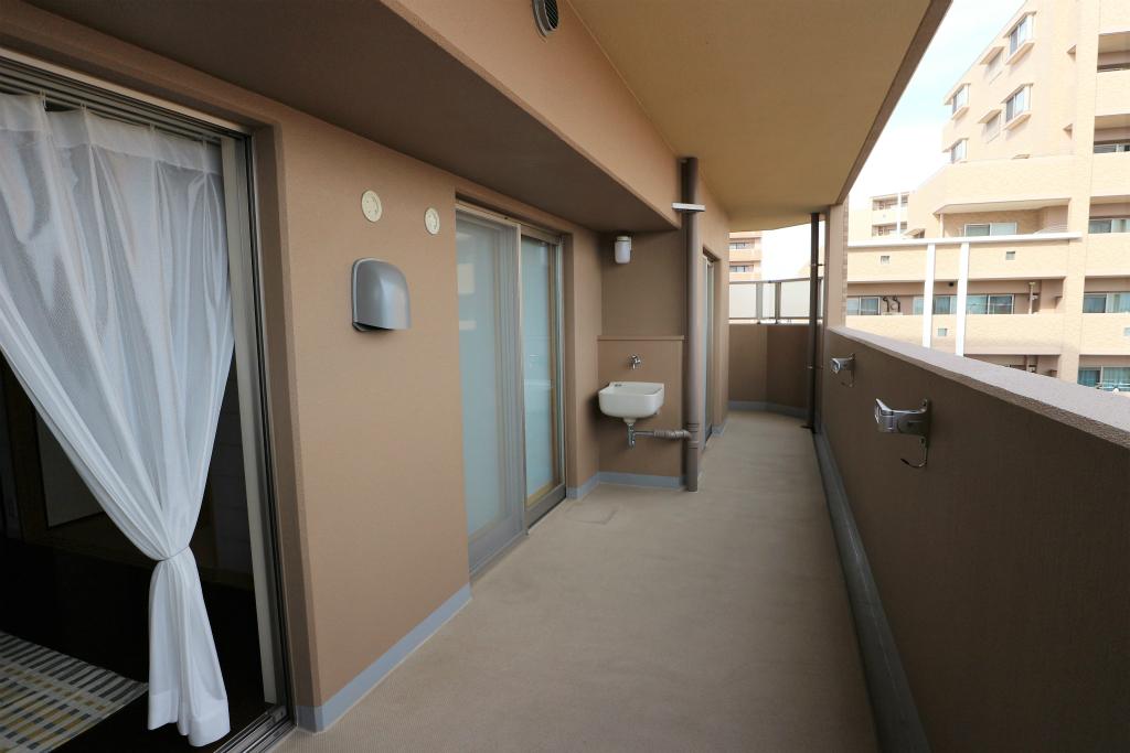 角部屋ならではの引き回しバルコニー! 北側・東側のバルコニーがお部屋に沿うかたちでつながっています。