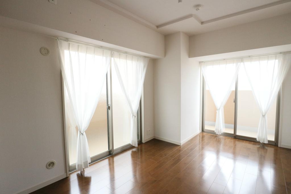 洋室は2部屋ともに二面採光。複数の方角から光を取り入れる、明るいお部屋です。