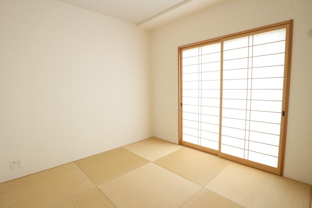 リビングに隣接する和室は、いぐさの香る癒しの空間です。