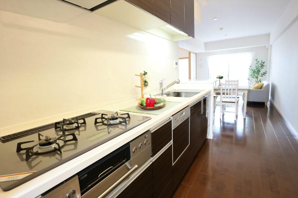 キッチンはお料理に集中できる壁付けタイプ。カウンターや食洗機もあり、使いやすさを第一に考えられています。