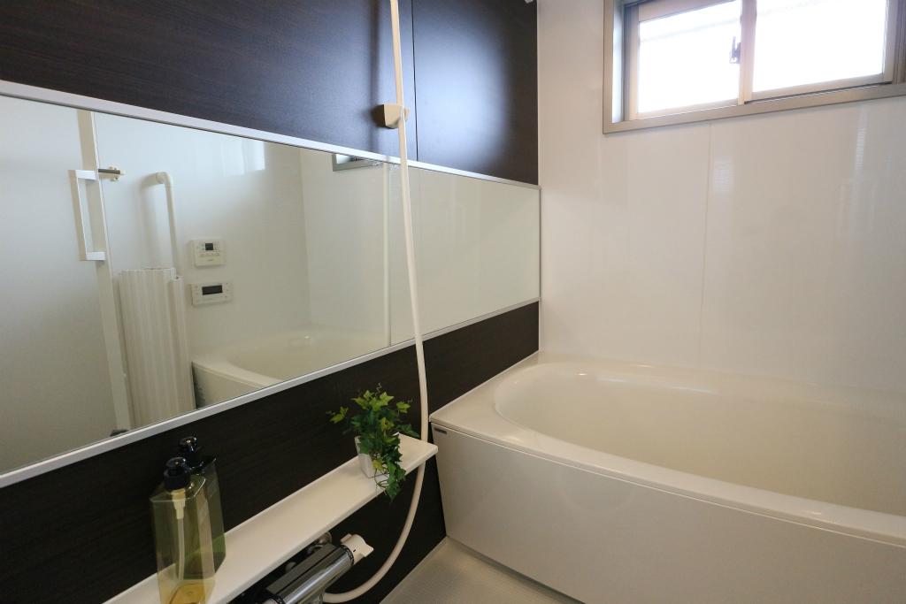 浴室には大きな鏡が付いています。前髪を切ったり、髪を染めたり、ムダ毛を処理したり…。なにかと便利ですね。