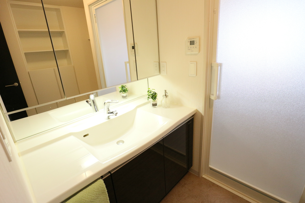 三面鏡の大きな洗面台は、収納力もばっちりです。