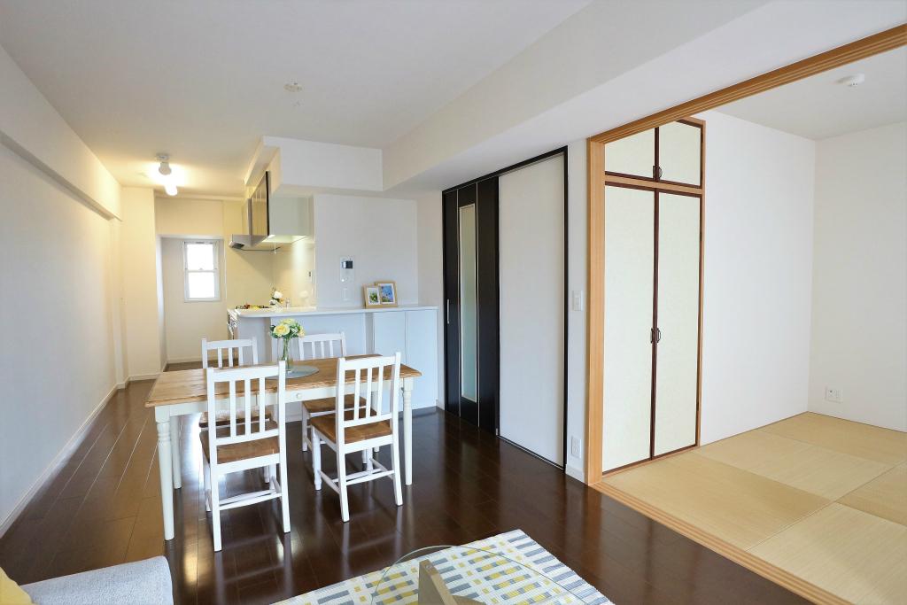 リビングに隣接する和室あり。子供部屋として、くつろぎの空間として、来客用のお部屋として…。使い方は無限大です。