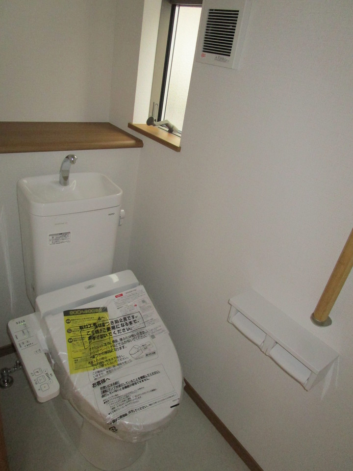 【同社施工例】トイレには快適な温水洗浄便座付き