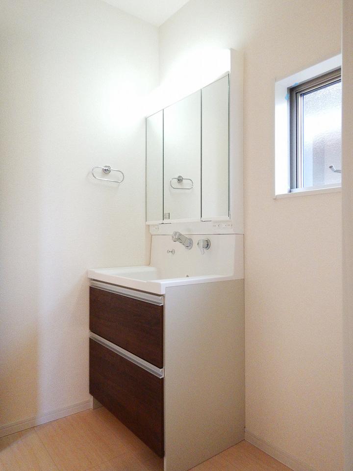 シャワー付洗面化粧台☆洗髪や手洗い洗濯に加え、洗面台のお掃除もしやすくとても便利です♪ 施工事例。実際のものと異なります。
