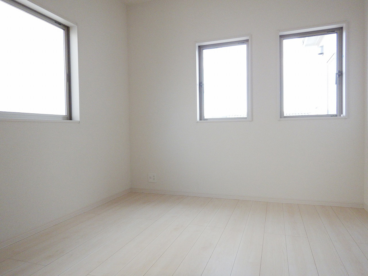 2面採光の明るい洋室♪施工事例。実際のものと異なります。