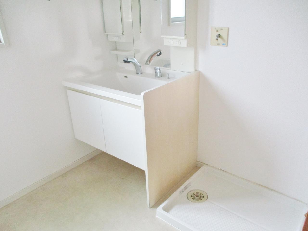 暮らしを快適にする3面鏡シャワー付洗面化粧台