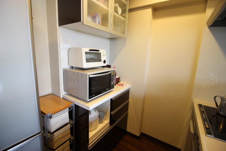 備え付け食器棚があります ダイニングを見渡せるカウンターキッチン。お料理をしながら勉強するお子様を見守れます。