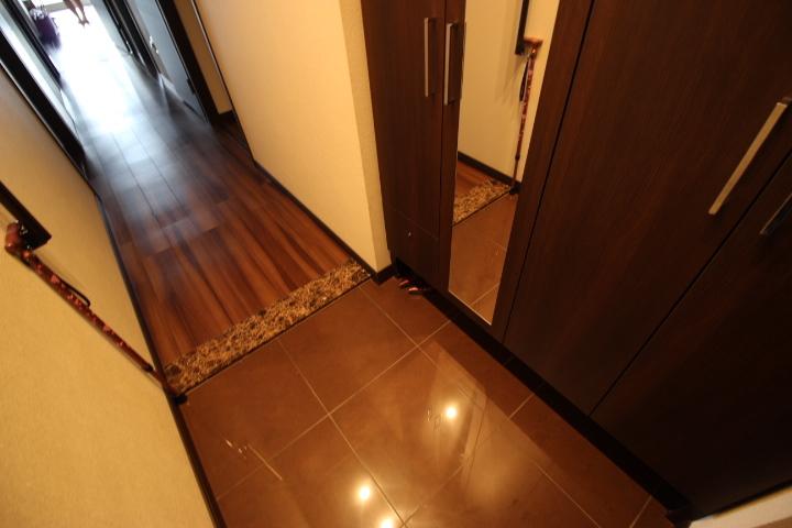 玄関収納が備わって すっきりと使える玄関です