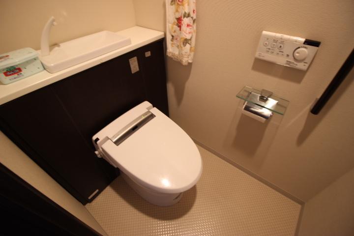シンプルでモダンな洗浄便座です 手洗いがついていて便利ですね
