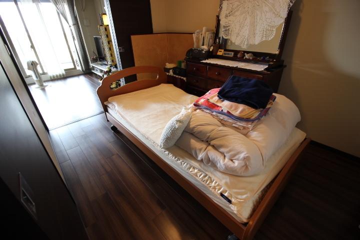 約5帖洋室 クローゼットの備わった居室です 引き戸を開けると 隣接するリビングの延長としての利用も可能です