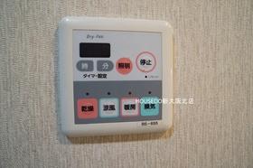 浴室乾燥機です。雨天時は洗濯物の干し場所に困りますよね。花粉やPM2.5の対策にもつながり、助かります。
