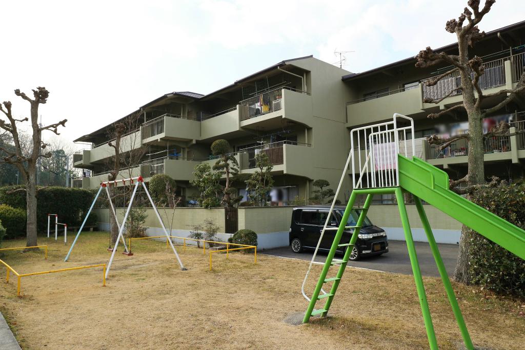 マンション敷地内に公園あり。