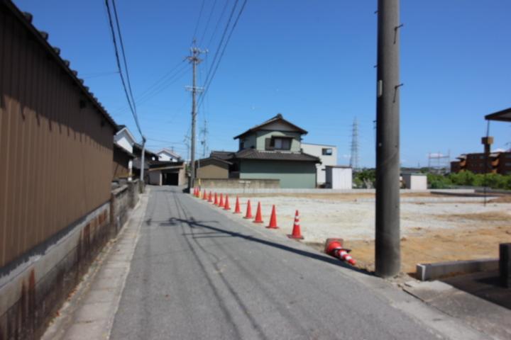 前道は、幅員約3.2mの公道です。 車の出し入れがスムーズです。