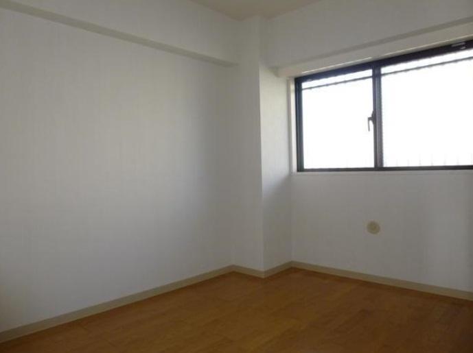 クローゼットのついた洋室には大きな窓もあります。