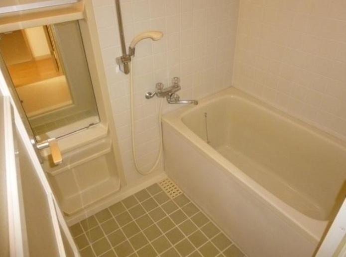 清潔感のあるタイル貼りの浴室です。